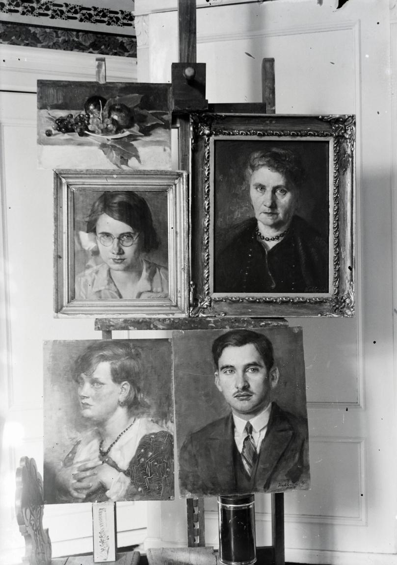 Műtermi fotó a Polgár (ma Gogol) utcai műteremlakásból. A jobb felső a művész nagyanyját, a szabadkai Békeffy Gyuláné, Bíró Gizellát ábrázolja, alatta a művész bátyja, a későbbi kémia professzor, Vinkler Elemér fiatalkori portréja látható.