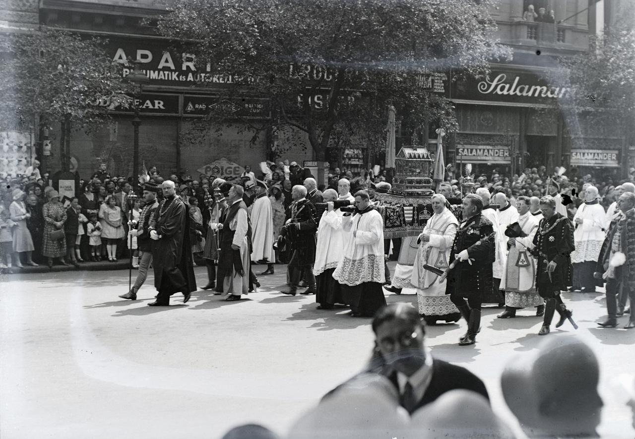 A Fortepan megfejtőinek köszönhetően pontosan adatolt fotó: Az ünnepi felvonulás (élén a Szent Jobbal) az Andrássy úton halad a Hősök terén tartandó misére 1938-ban, a Szent István évben