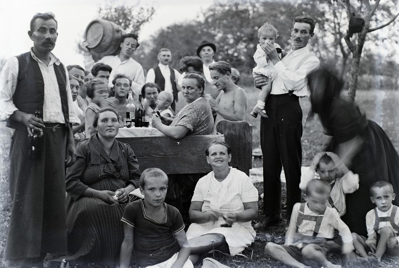 A mulatós társasági képek egyike, ekkor épp valahol falun
