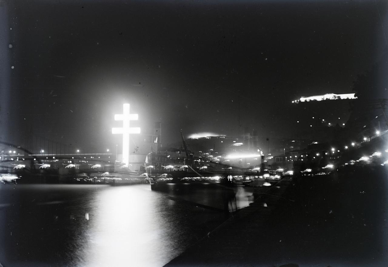 Az 1938-as Szent István év Szent István napján soha nem látott fényárban tobzódott Budapest: a figyelemre méltó világító kettőskereszt mellett a a hajók, a hidak, a Duna-korzó és a Citadella is versenyben volt