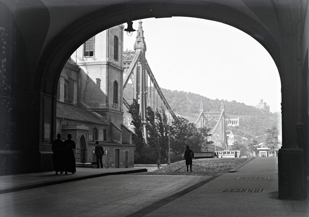 A Piarista köz a régi Erzsébet híddal
