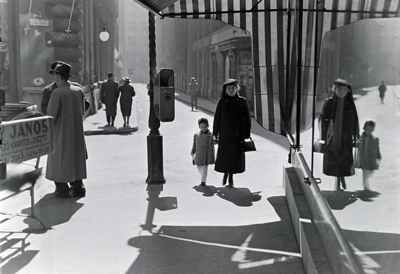 A Cukor utca eleje, balra a Centrál kávéház épülete 1937-ben. Tükör által homályosan