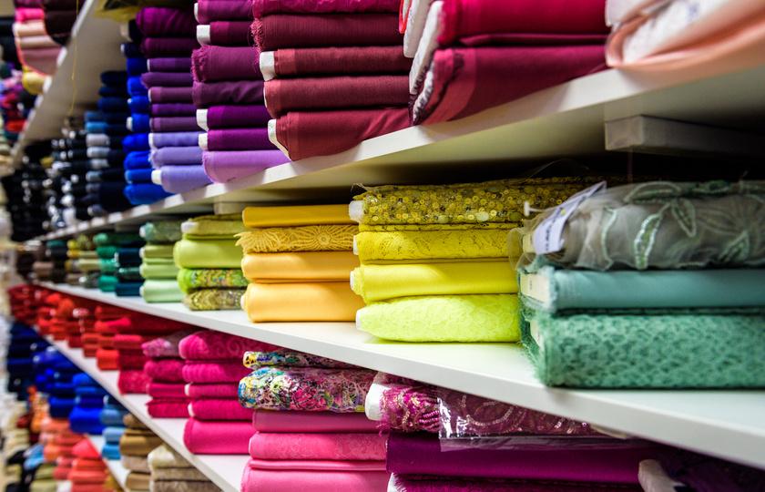 A textilgyártásban a ruhák kezelésére már léteznek környezetkímélő megoldások, de sok helyen használnak még rákkeltő vegyszereket, formaldehidet, króm- vagy brómvegyületeket és azo-színezékeket.