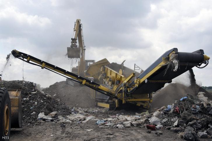 Munkagépek dolgoznak egy hulladéklerakó rekultiválásán a Jász-Nagykun-Szolnok megyei Kendereshez tartozó Bánhalmán 2009. augusztus 6-án. Az árvízvédelem után jött a hulladékbiznisz. Képünk illusztráció