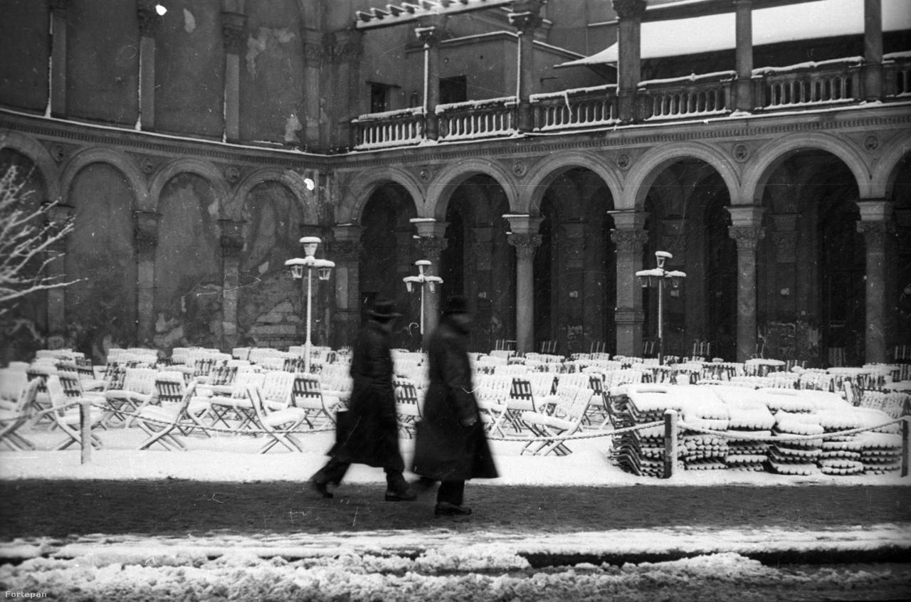 A Lánchíd presszó terasza. Ennyi maradt az Ybl Miklós tervezte palotából a 60-as évekre. Az itáliai palazzókat idéző épület belső udvara igazán különleges volt, a boltívek egy része csak imitáció volt a szomszédos ház tűzfalán. A különös épületelemek több mint fél évszázadon keresztül hozzátartoztak a budai panorámához, míg végül a Clark Hotel komor tömbje el nem takarta őket.