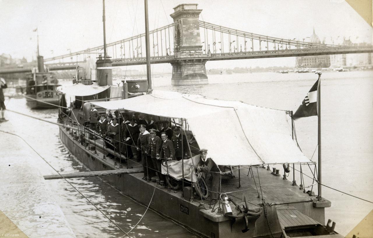 Egykor nem csak a pesti, de a budai oldalon is végig hajók sorakoztak a rakpartnál. Ezek itt a Magyar Királyi Folyamőrség őrnaszádjai, melyek a fellobogózott hídból ítélve, alighanem valamilyen ünnepségen vesznek részt 1929-ben.