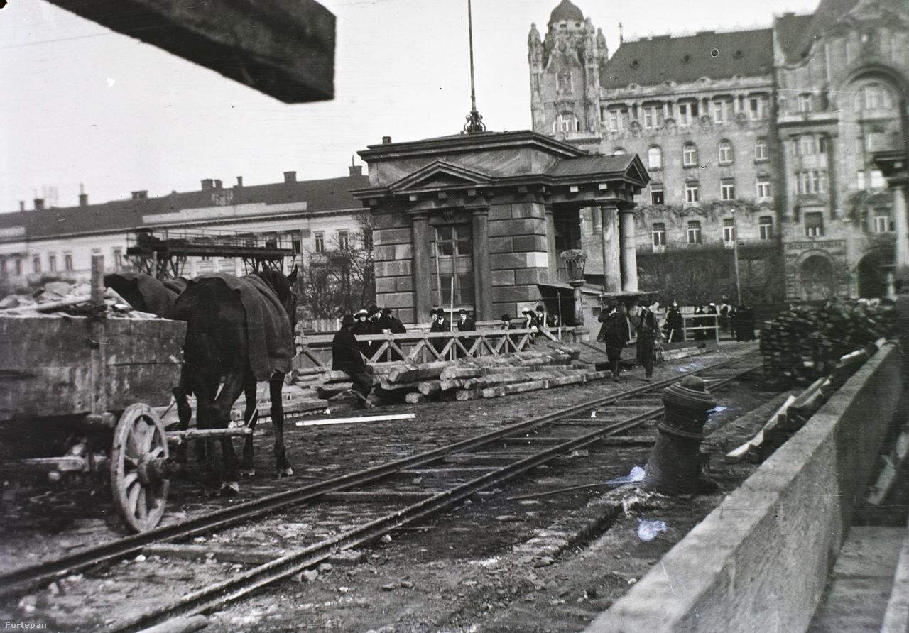 A Lánchíd első, de koránt sem utolsó nagy felújítása 1914-ben. Ekkor kapott rendes járdát a híd, és ekkor cserélték le végleg a faszerkezetet fémre. A súlya több mint a duplája lett a réginek, de legalább nem volt ingatag többé. A kép hátterében már ott az alig hét éve átadott Gresham-palota.