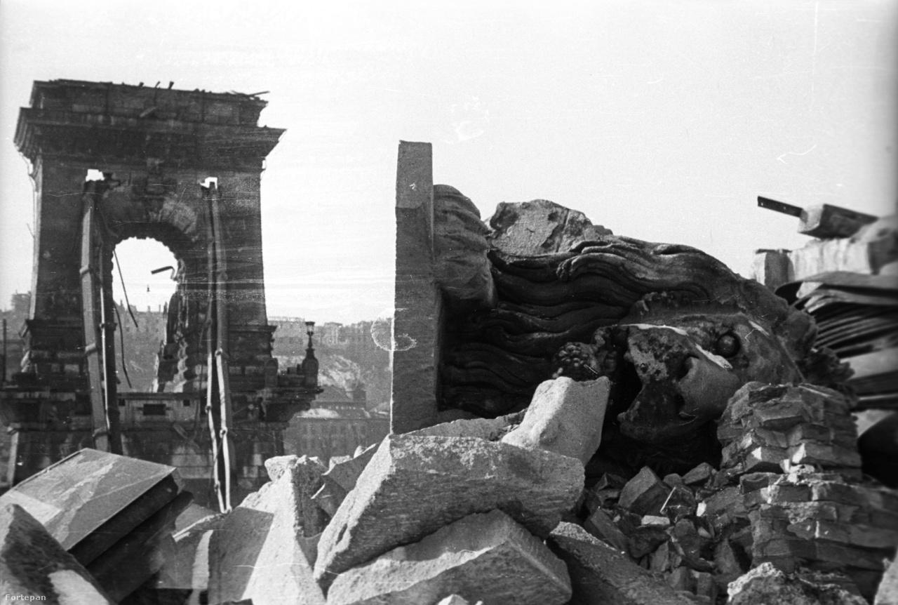 Ennél megrázóbb képet nehéz mutatni a második világháborúban felrobbantott Lánchídról: az oldalára dőlt, törött oroszlánszobor olyan hatást kelt, mintha egy rég letűnt birodalom romjai közt járnánk.