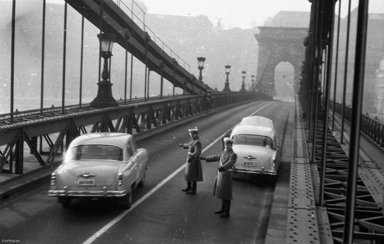 Egy rejtélyes kép, mely a Magyar Rendőrnek készült 1967-ben. Megrendezett jelenetnek tűnik a két egyforma kocsival, a beállított mozdulatokkal és a különös szöggel. De vajon csak a fényképezés kedvéért lezárták az egész hidat?