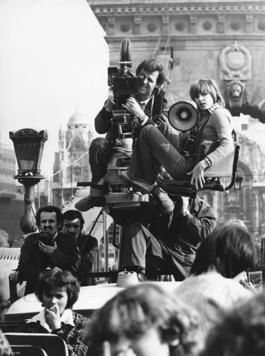 A Lánchíd Budapest egyik szimbóluma, nem csoda, hogy népszerű forgatási helyszín lett belőle. Itt épp Felvidéki Judit rendező forgat Hollós Olivér operatőrrel 1976-ban. Hogy mit azt nem tudni, de talán az 1978-as Negyedik fordulót, melyen mindketten dolgoztak. Mögöttük persze ott a kor címere, a Kádár.