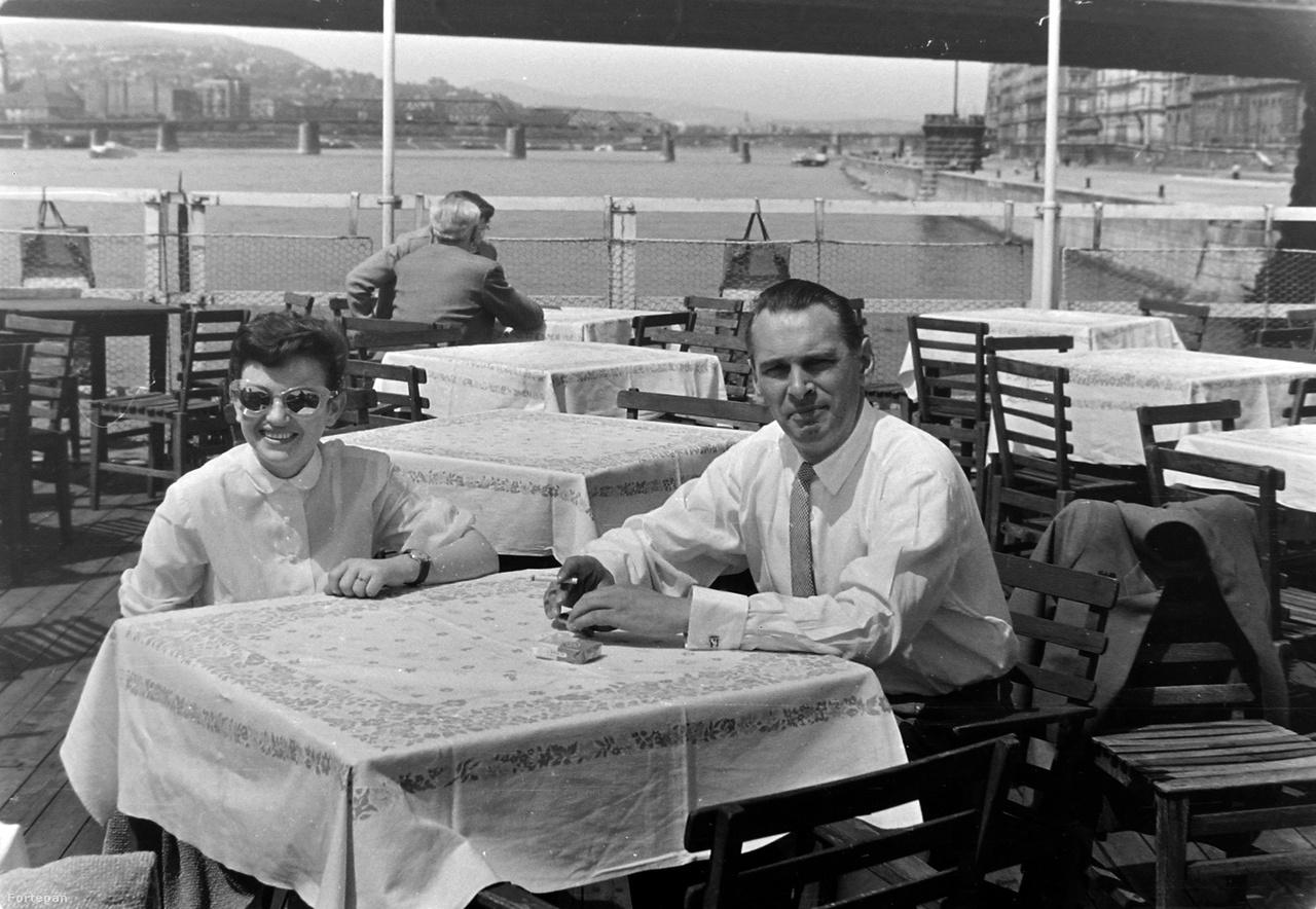 Cigaretta egy hajó fedélzetén a Lánchíd alatt. AZ 1958-ban készült képen még látszik az akkor már használaton kívüli, ideiglenes Kossuth-híd.