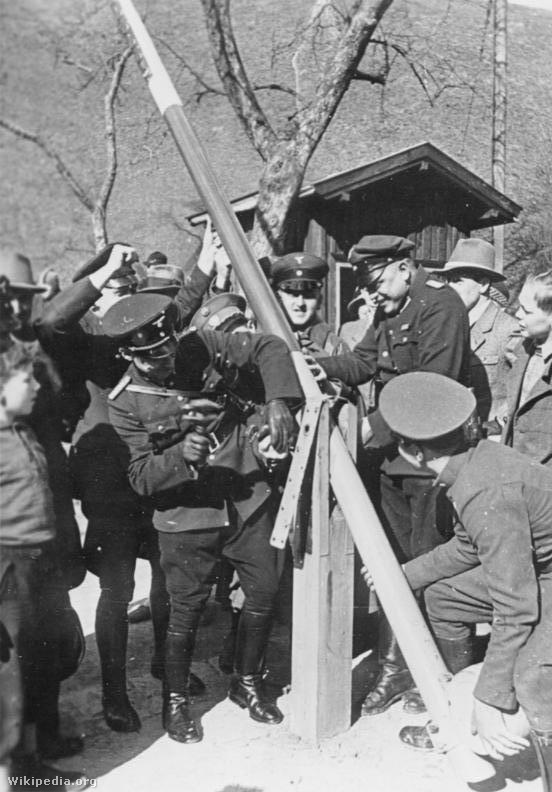 Német és osztrák határőrök a sajtó előtt közösen bontanak el egy határsorompót 1938. márc. 15-én.