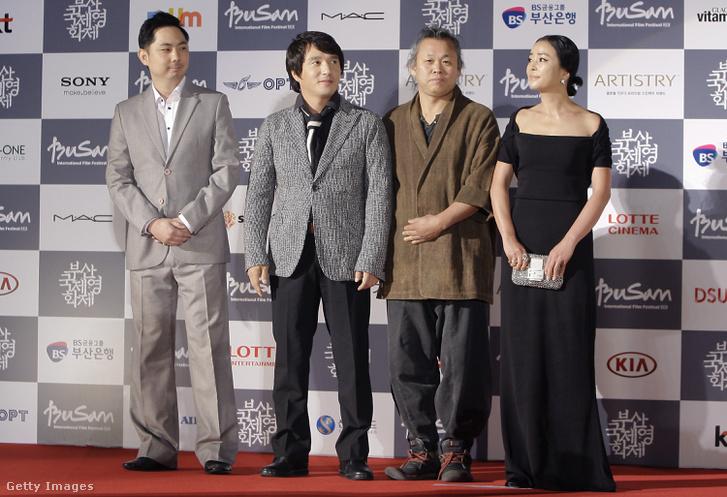 Középen balra Cso, mellette Kim.