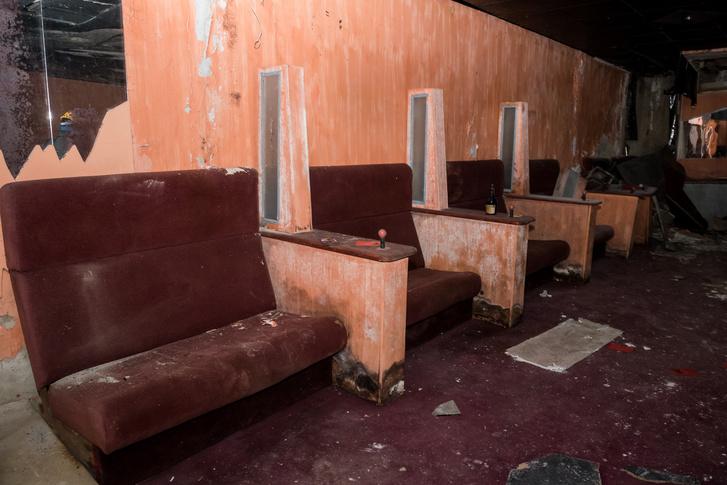 És a bokszok maradványai: a piros plüss ülések és a karfákra szerelt villanykörték alapján el lehet képzelni az eredeti berendezést.