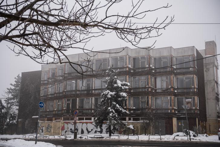 Az épületbejárás a március eleji rekord hidegre esett. Ennek ellenére bőven akadt jelentkező, aki -8 fokban is végigsétálta a 90 percet az üres hotelben.