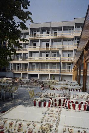 AHotel Olimpia belső kertjében a vendégek zavartalanul fogyaszthattak, az utcafrontról nem láthattak be a kíváncsiskodók.