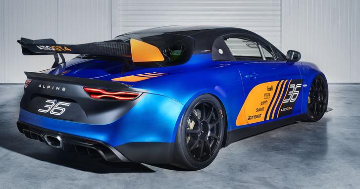 A GT4-es versenyautót a hatalmas és fix hátsó szárnyról lehet felismerni