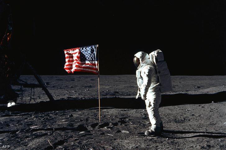 Edwin E. Aldrin a Holdon 1969. július 20-án