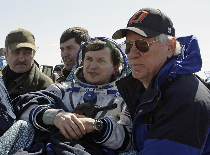 Charles Simonyi, magyar származású üzletember, űrturista,, miután Kazahsztánban földet ért 2009. augusztus 4-én