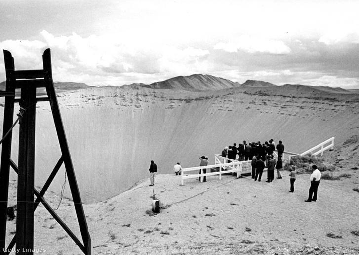 Egy föld alatti atomrobbantás krátere a nevadai sivatagban