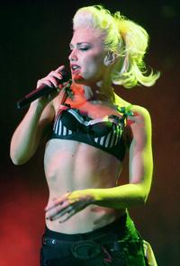 Gwen Stefani itt épp nem mással van elfoglalva