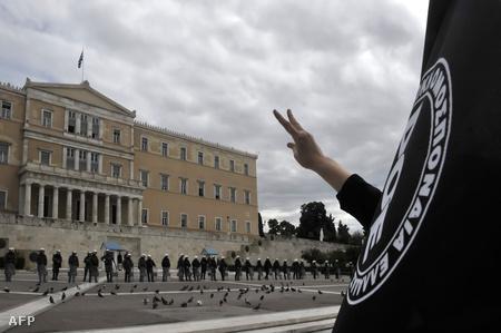 Egy tanár a 48 órás sztrájkot hirdető felvonuláson a parlament előtt