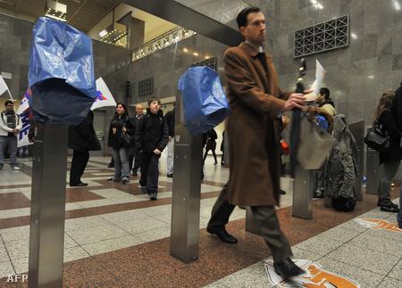 Letakart jegykezelők a metróban