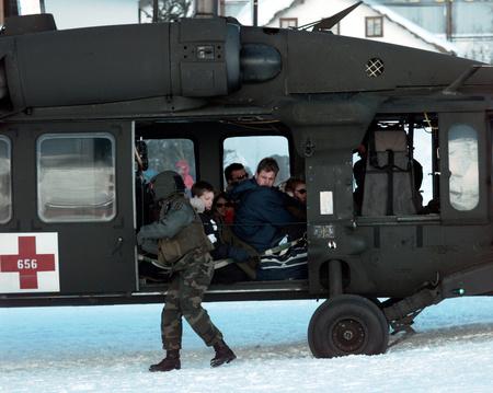 Az Amerikai hadsereg helikoptere az evakuálásban segít (forrás: Troy Darr / U.S. Army)