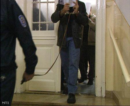 Korrupt rendőröket vezetnek el a tárgyalásukról