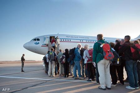 Francia állampolgárok sorakoznak Tripoli repterén