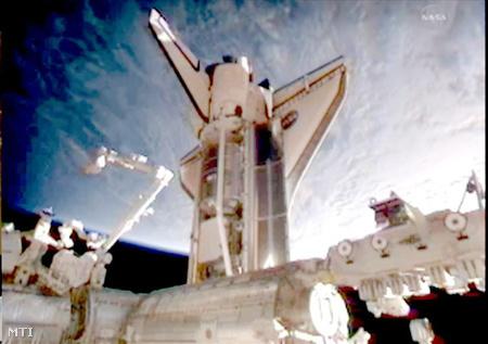 A Discovery amerikai űrrepülőgép 2011. február 26-án, miután összekapcsolódott a Föld körül átlagosan 350 kilométeres magasságban keringő Nemzetközi űrállomással