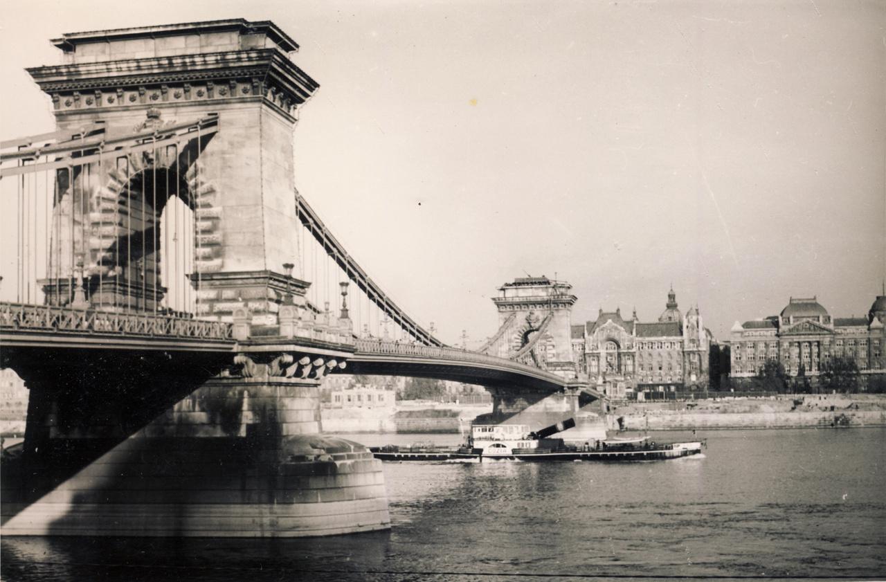Egy lehajtható kéményű gőzhajó halad át a híd alatt, ám ami ennél is érdekesebb az az egyik pilon tetejére telepített légvédelmi állás. Pedig még csak 1938-at írunk.
