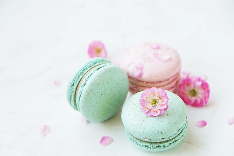 A macaron ugyan eredetileg francia sütemény, a japánok a cseresznyevirág szirmaival díszítve magukévá tudják tenni