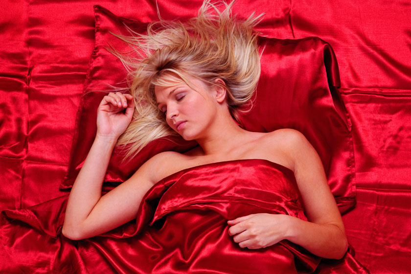Nem mindegy, milyen pózban alszol. Oldalra fordulva a gravitáció miatt jelentősen meggyűrődik a bőr, hosszútávon ez nyomokat hagy a dekoltázsodon is.