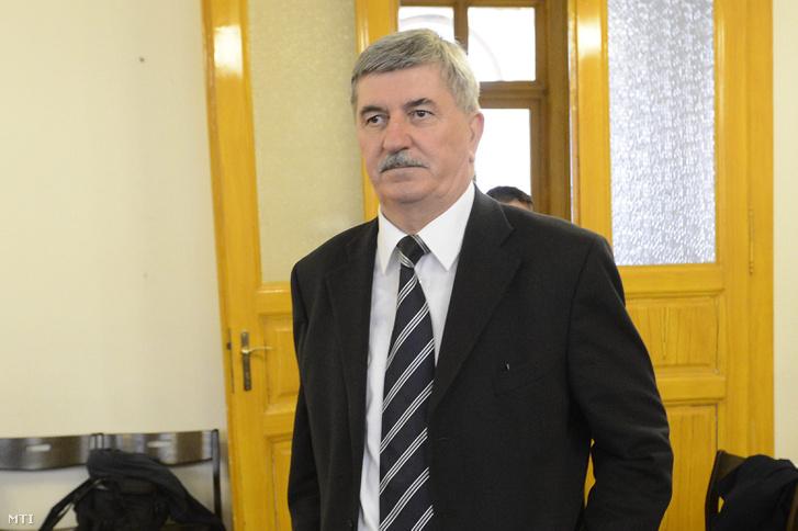Kocsis István, az MVM Magyar Villamos Művek Zrt. volt vezérigazgatója (b) a Kiss Ernõ nyugalmazott rendőr dandártábornok (j) ellen befolyással üzérkedés miatt indított perben a Fővárosi Törvényszék tárgyalótermében 2015. április 15-én.