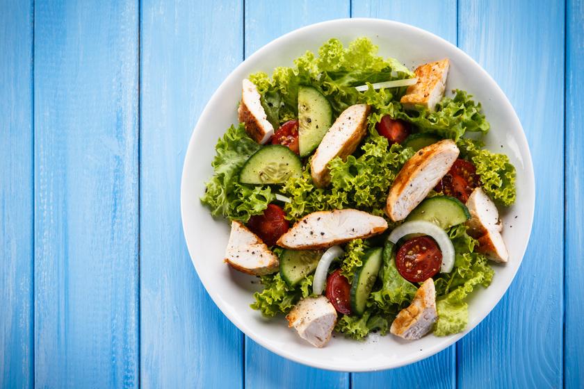 Az egyik legegyszerűbb fogyókúrás salátához használj 80-100 gramm natúr csirkemellet kókuszolajon, sóval, borssal megpirítva. Egészítsd ki egy-két paradicsommal, uborkával és sok-sok leveles zöldséggel, majd ízesítsd egy teáskanál balzsamecettel.