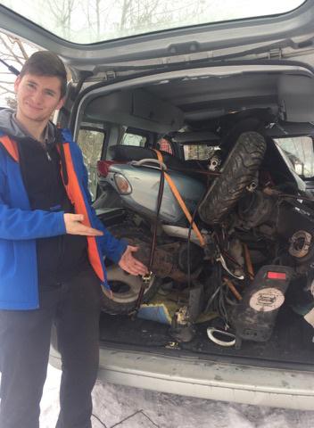 Nagyjából fél óra munka volt mire sikerült bepakolni egy és háromnegyed motort