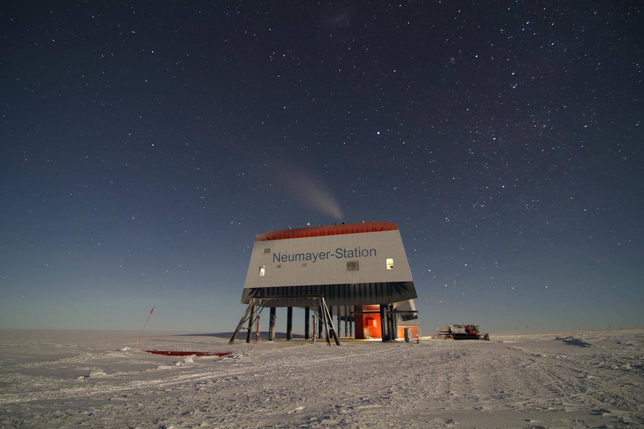 A német Neumayer III. antarktiszi kutatóbázis a Déli-sarktól mintegy 2000 kilométerre, a kontinens partján, az Ekström selfjégen, körülbelül a 70. szélességi körön található.