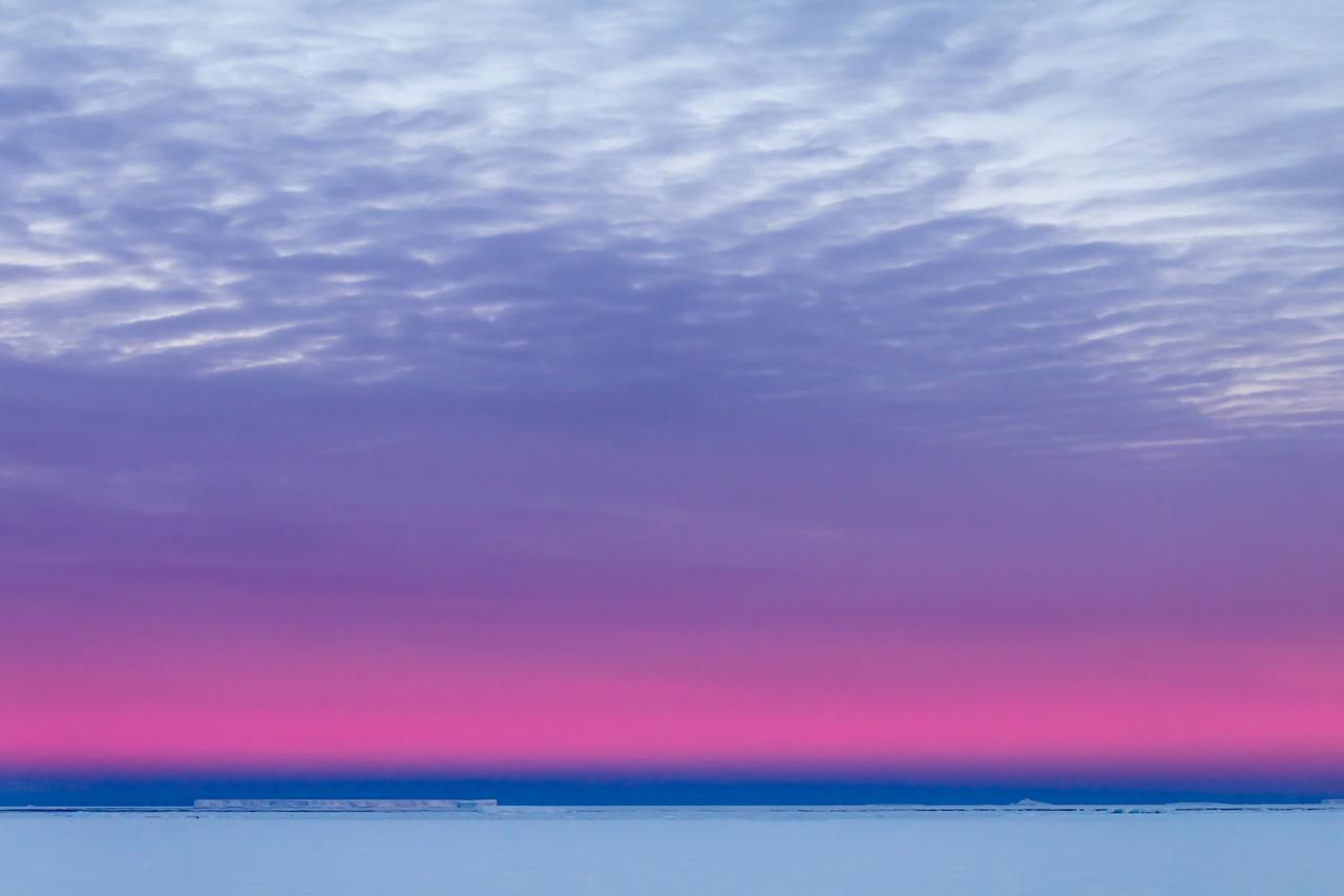 A hüómező fölött sötétkék kontrasztos földárnyék és felette rózsásan ragyogó Vénusz-öv figyelhető meg az antarktiszi alkonyatban