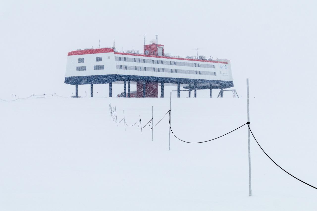 Az állomás hóviharban.