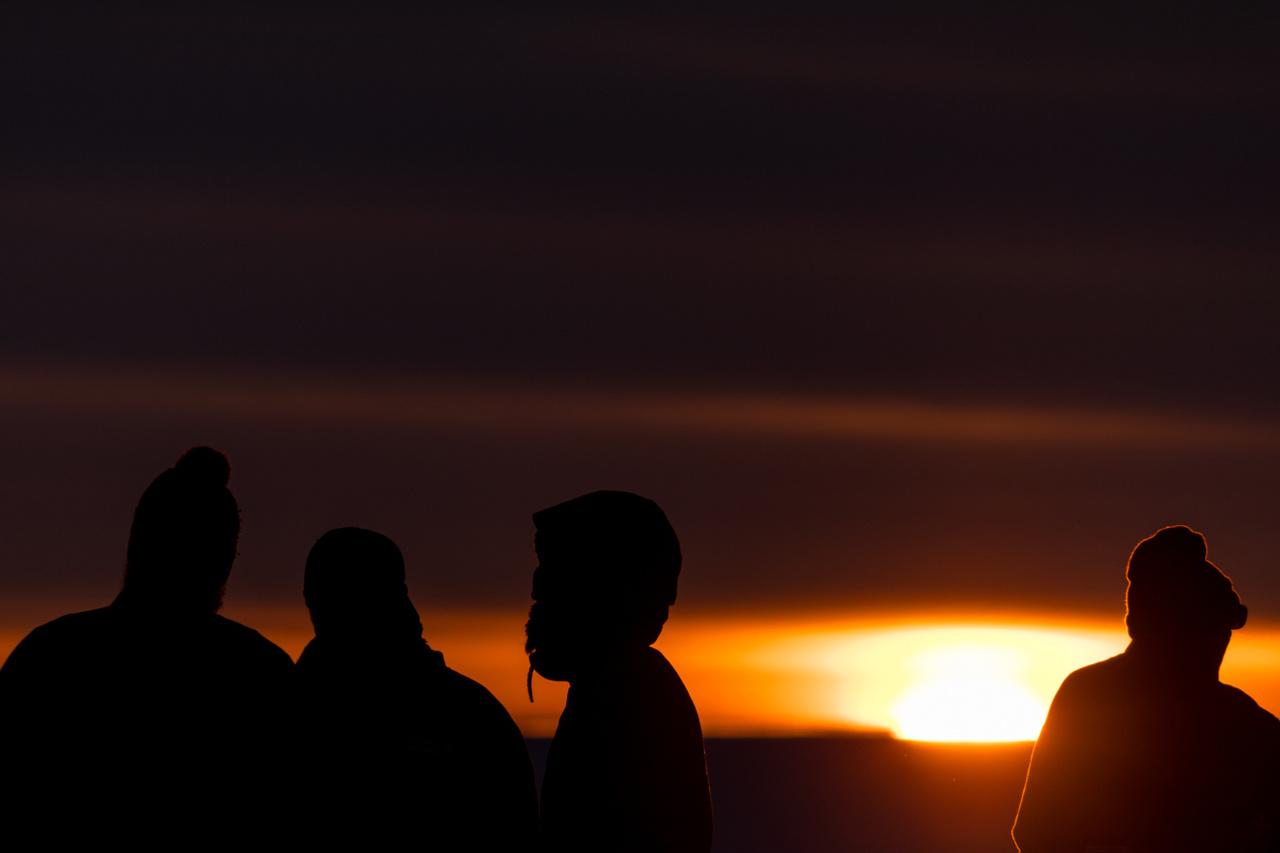 A sarki éjszaka hosszú és hideg tele után következik a rövid, hűvös nyár. A Nap a nyári éjszakákon is tartósan a horizont fölött van – mint ezen a hajnali fél kettőkor készült képen is látható –, míg télen nem emelkedik a horizont fölé.