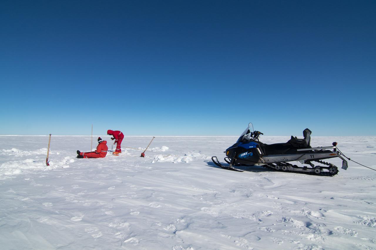 A kutatók leginkább ilyen motoros szánokkal közelekednek a sarki állomások környékén.