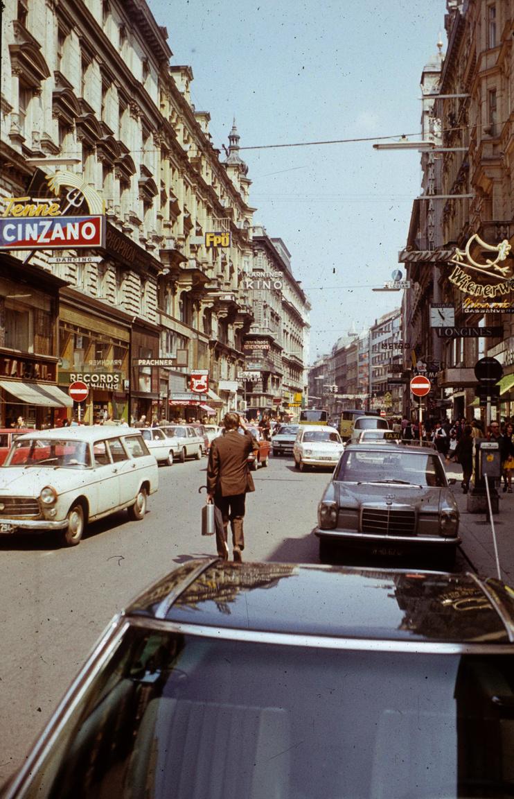 """""""1982 - apám, aki építőmérnök volt, Linzben dolgozott már vagy egy éve. Gondosan kitalálta, hogy egy nagyobb osztrák-NDK-körút keretében mit fogunk megnézni. Bécsben kezdtünk, emlékszem, a határon átérve, meg Bécsben mennyire lenyűgözött, hogy mennyire színes minden: a reklámok, a plakátok, autók, a boltok. Kultúrember szüleim mindig odafigyeltek, hogy a fiaikra is ragadjon valami, úgyhogy persze voltunk a Stephansdomban, a Kunsthistorischesben, a régi Albertinában, a Burgban, Schönbrunnban, a Hundertwasser-háznál. Felsorolni is sok, tiszta szerencse, hogy a Museumsquartier még nem volt meg. Igazából az útnak erre a részére alig-alig emlékszem. Sokkal jobban megmaradt, hogy talán egyfajta jutalomként a Pratert is megnéztük, és ott ültem életembern először gokartban. Iszonyú büszke voltam, hogy mindenkit lenyomtam, aztán a menet végén apám azt mondta, oké, de amikor előztem, nem néztem hátra, hogy jön-e valaki. Ezen a mai napig nem vagyok egészen túl, sokáig nem is nagyon szerettem Bécset.Mióta könnyebb utazni, rengetegszer voltam, kiállításokat nézni, olykor opera vagy koncertek, néha munka miatt is. De amikor megszerettem, az valamikor 2001-2002 körül lehetett, amikor egy egynyárinak is csak jóindulattal nevezhető rövid kapcsolatom volt egy bécsi lánnyal, aki biciklin mutatta meg, hogy ő mit szeret a városban. Az a pár nap tökéletes volt: voltunk valami elborult koncerten, meztelenül úsztunk a Dunában a Donauinselnél, és mivel ismert ott valakit, egyik este belógtunk a pszichiátriai kórház aranykupolás templomába, amit Otto Wagner kifejezetten a betegeknek tervezett: na az elég vad volt."""""""