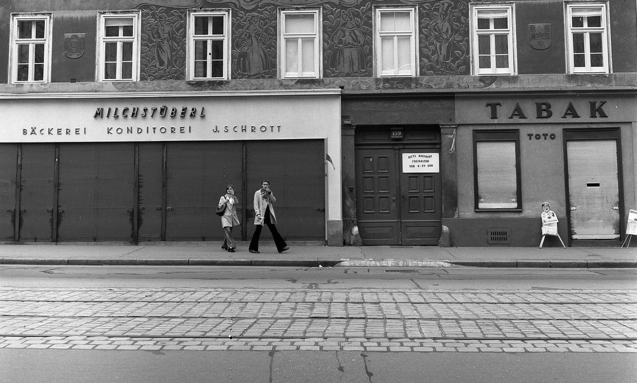 """""""Mi soha nem voltunk a 80-as években Bécsben. Apám volt, ő mindig hozott ajándékokat, a legbecsesebb egy tálca Coca-Cola volt, beosztottam, minden nap egyet. Meg onnan hozott Adidas cipőt, meg jóféle cuccokat, de Nyíregyházának Budapest volt az, ami egy budapestinek Bécs."""""""