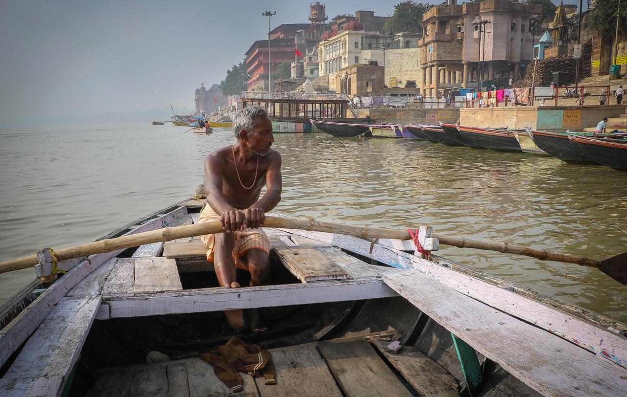 """Váránaszi a Gangesz partján fekvő indiai város. Egy hithű hindunak életében legalább egyszer el kell ide zarándokolnia, hogy napfelkeltekor megmártózzon a szent folyóban. Ami azonban nemcsak az élet, hanem a halál folyama is: az Indián és Bangaldesen 2525 kilométer hosszan végighömpölygő folyóról ugyanis azt tartják, hogy ha valaki ott, a Gangesz partján tér örök nyugovóra, eléri az abszolút megváltást, további újjászületések nélkül azonnal Siva mennyei hegyére, a Himalájára kerül. Nem csoda, hogy a könyv szerint Váránasziban """"naponta hatszáz gyászoló család várt sorára a közömbös fürdőzők és a napi mosást végzők mellett a Gangeszbe vezető hatalmas lépcsősorokon, hogy a több száz éves hagyomány szerint a hamvasztást megkezdhessék."""" Az országban évente valamivel több mint három millióan halnak meg, ebből megközelítőleg százezren végzik a folyóban."""