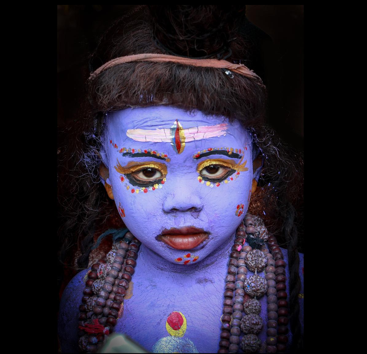 Síva a hinduk legszentebb, kék torkú istensége,a kisfiú pedig, akit az ő képmására festettek ki, azzal, hogy az istenre emlékeztet, több alamizsnát tud összeszedni.                         Radzsasztán a legnagyobb területű indiai állam, 342 ezer négyzetkilométeres területével három és félszer nagyobb, mint Magyarország. Nagyjából 56 millióan lakják, túlnyomó többségük hindu.