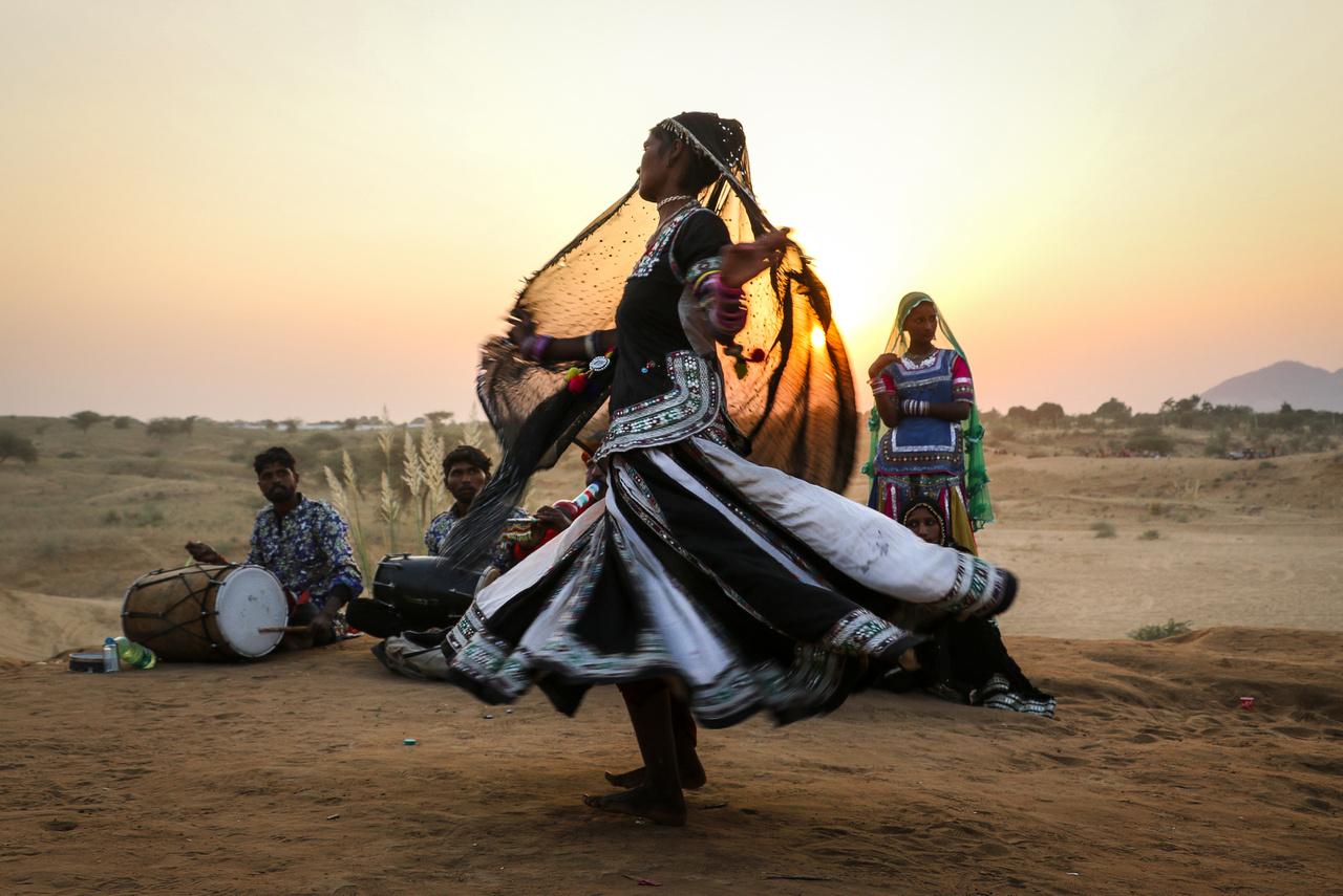 A kobra cigányok a nevüket a szent állataikról és az ősi foglalkozásukról kapták. A kobrákat tisztelték ugyanis szentként, de közben a mérgükkel házaltak is. Táncmozdulataik a mai napig a kobrák mozgását utánozzák, a gyors és lassú, a finom és intenzív, erőteljes mozdulatok külső szemmel nézve kiszámíthatatlannak tűnő rendben váltogatják egymást. Puskárban, egy mindössze húszezer lakosú radzsasztáni kisvárosban évszázados hagyománya van az évi egy héten át tartó tevevásárnak, amin a kobra cigányok is nagy számban részt vesznek.