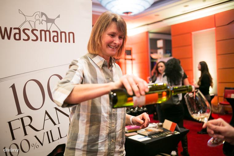 """Susann Hanauer, a Weingut-Wassmann birtoktól:                         """"Borbírálói végzettségem van, de a férjem azért választotta a borász-és ital technológiai szakmát, mert kamaszkorában szőlőhiány miatt szeretett mindenféle gyümölcsöt, például csipkebogyót, rebarbarát, almát vagy málnát erjeszteni."""" – válaszolta a borásznő, akinek szinte mindegyik Villányi pincészetből van minimum egy kedvenc bora, de szereti a biodinamikus borokat is, bár ezekből Magyarországon még kevés van (pl"""