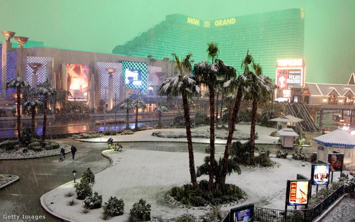 Ősi nevadai mondás: ritkább a rulettező fizikus, mint Las Vegasban a hóvihar (a kép a 2008-as Las Vegas-i havazás idején készült az MGM Grandról)