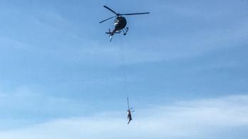 Videón, ahogy Semjén kilőtt szarvasát helikopterrel szállítják el